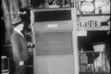 Two men checking out old fashioned air conditioner — Vídeo de stock