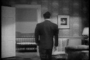 Yürürken smaç adam sandalye üzerine düşen — Stok video