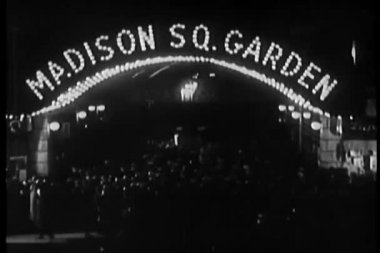Crowd milling beneath neon madison square garden marquee — Vídeo Stock
