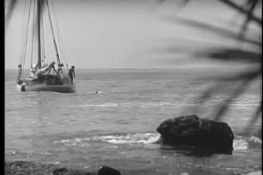 Men on boat diving into the ocean — Stok video