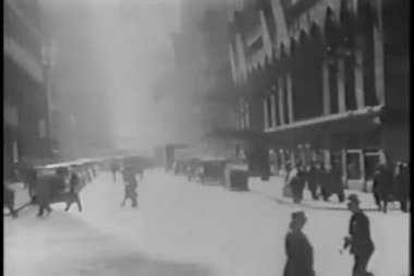 1930s city life from car — Stockvideo