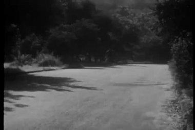 автомобиль, ускорения на проселочной дороге — Стоковое видео