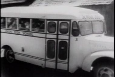 High school students in school bus — Vídeo de stock