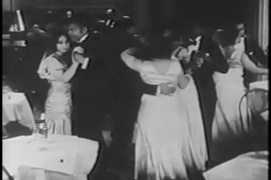 Couples dancing in night club while band plays — Vídeo Stock