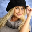 Blond girl in a black hat — Stockfoto