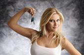 Blonde vrouw met de toets — Stockfoto