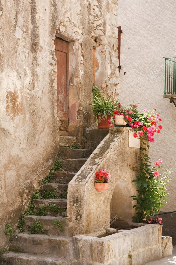 Stone steps to a medieval house in Entrevaux, France — Stock Photo #13129261