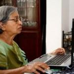 asiatische Frau mit computer — Stockfoto