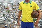 Favela palla di calcio brasiliano giocatore calcio — Foto Stock