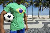 Бразильский футболист в Бразилии флаг рубашку Холдинг футбол Рио — Стоковое фото