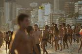 Brasiliani giocando altinho futebol spiaggia calcio rio — Foto Stock
