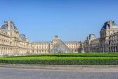 在巴黎卢浮宫博物馆的金字塔 — 图库照片
