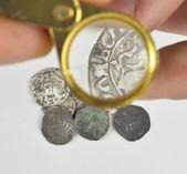 Cam el büyüteç ve eski gümüş sikke — Stok fotoğraf