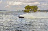 在摩托艇上的杂技技巧 — 图库照片