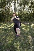 Mujer dando patadas — Foto de Stock
