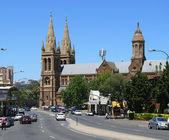 Trafik och katedralen i centrum av staden. 5 december, 2007 i adelaide, Australien. — Stockfoto