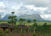 Mozambique. The Beautiful mountain landscape with peasant building. — Stock Photo