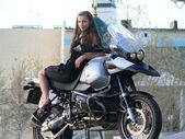 Piękna dziewczyna na motorze. — Zdjęcie stockowe