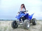 Mooi meisje op een quad bike. — Stockfoto