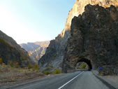 Turkey. Mountains. The tunnel carved into the mountains, the road. — Zdjęcie stockowe