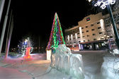 Beautifully decorated Christmas tree in Nadym, Russia - February 28, 2013. Ice sculptures. City hall building. Beautifully illuminated building and trees. Far north, Nadym. — 图库照片