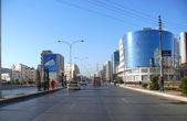 Mieszkańcy miasta nieznanych. droga z samochodów w centrum miasta. ruchu samochodowego. — Zdjęcie stockowe