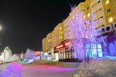 Stormarknad i centrera av staden i nadym, Ryssland - den 25 februari, 2013. vackert upplysta byggnaden och träd. långt norrut, nadym. — Stockfoto
