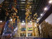 Centre commercial. nouvel an. décorations de noël. — Photo