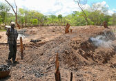 ANCUABE, MOZAMBIQUE - 5 DESEMBER 2008: Production of charcoal bu — Stock Photo