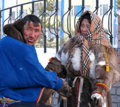 Nadym, Russia - March 11, 2005: Unknown man and woman - Nenets s — Stock Photo