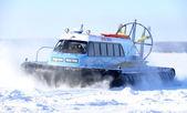 Nadym, Rusia - 15 de marzo de 2008: el goe Ártico soviético snowmobile — Foto de Stock