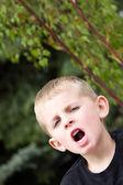 Mladý kluk, venku křik — Stock fotografie