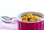 французский луковый суп в миску красный — Стоковое фото