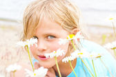 Pretty Little Blond Girl in a Patch of Daisies — Stok fotoğraf