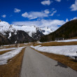 Walking route in alpine valley with snowy peaks in the background, Austrian Alps — Stock Photo