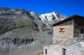 Traditional alpine hut with Grossglockner mountain view — Stock Photo
