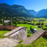 pohled obce gosau v alpském údolí v letním období — Stock fotografie #12734079