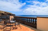 Havsutsikt och metall stolar med glasbord på restaurangterrassen på soliga sommardag, ön madeira, portugal — Stockfoto