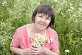 Femme avec un bouquet de fleurs sauvages — Photo
