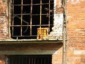Opuszczone budynki z krat w oknach — Zdjęcie stockowe