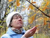 Autumn in nature, contemplate middle-aged woman — Stock Photo