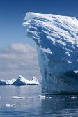 Naturen av antarktiska halvön. ices och isberg. resa på djupa rena vattnet bland glaciärer i antarktis. fantastisk snö landskap. — Stockfoto