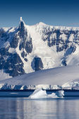 Nature of Antarctic Peninsula. Ices and icebergs. Travel on deep pure waters among glaciers of Antarctica. Fantastic snow landscapes. — Stok fotoğraf