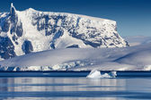 Nature of Antarctic Peninsula. Ices and icebergs. Travel on deep pure waters among glaciers of Antarctica. Fantastic snow landscapes. — Stock Photo