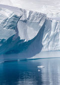Nature of Antarctic Peninsula. Ices and icebergs. Travel on deep pure waters among glaciers of Antarctica. Fantastic snow landscapes. — Stock fotografie