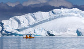 Nature of Antarctic Peninsula. Ices and icebergs. Travel on deep pure waters among glaciers of Antarctica. Fantastic snow landscapes. — 图库照片