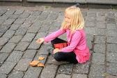 Leende flicka matar duvor — Stockfoto