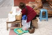 Kobieta czeka na sprzedaż — Zdjęcie stockowe