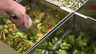 Comprar verduras congeladas — Vídeo de stock
