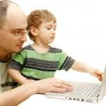 vader en zoon met laptop over Wit — Stockfoto #12608303
